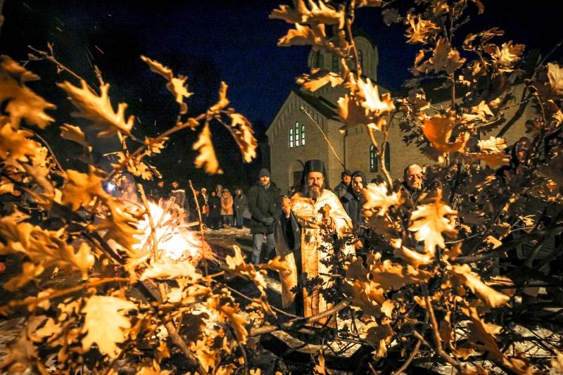 Paljenje badnjaka u Bešenovi, otac Arsenije, 2016
